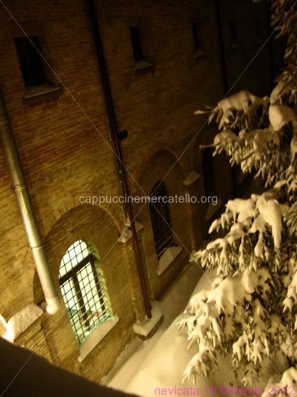 monastero innevato di notte
